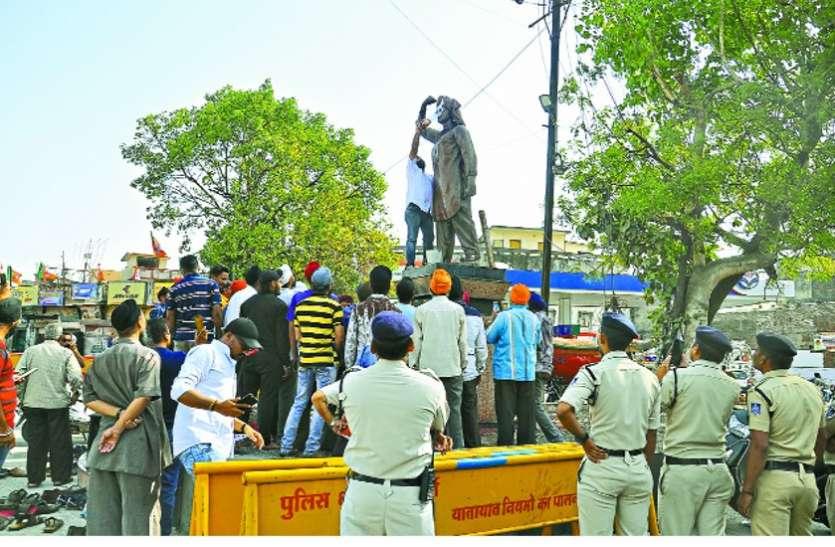 VIDEO : कमल नाथ ने भगतसिंह प्रतिमा का किया माल्यार्पण तो भाजपा ने किया शुद्धिकरण