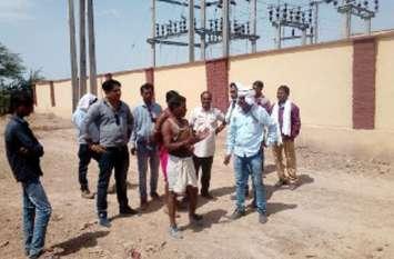 आबादी क्षेत्र में मौत की लाइन को देखकर भडक़े ग्रामीण और कर दिया विरोध
