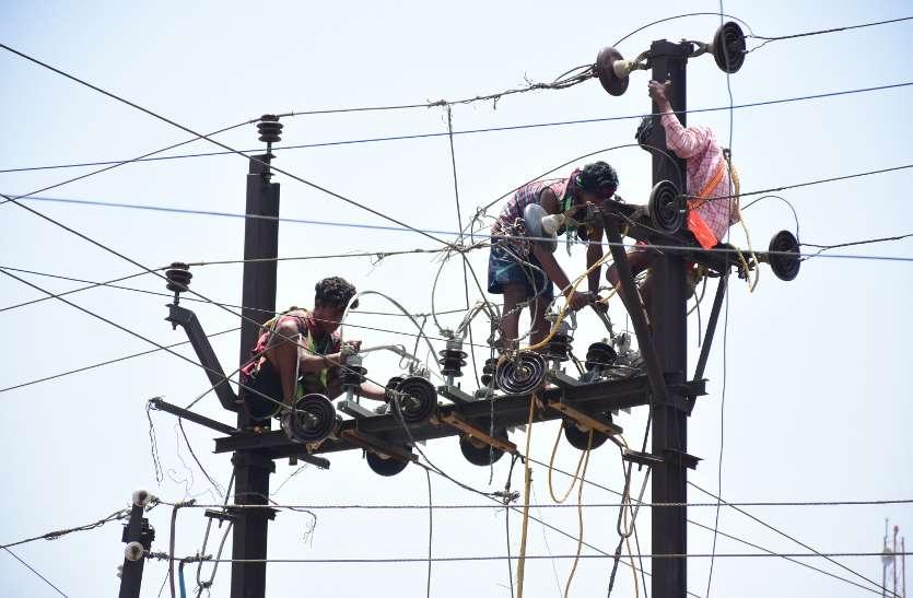 Video :- एबी स्विच लगाने के लिए टीपी नगर के एक फिडर में चला मरम्मत, तीन घंटे गुल रही बिजली