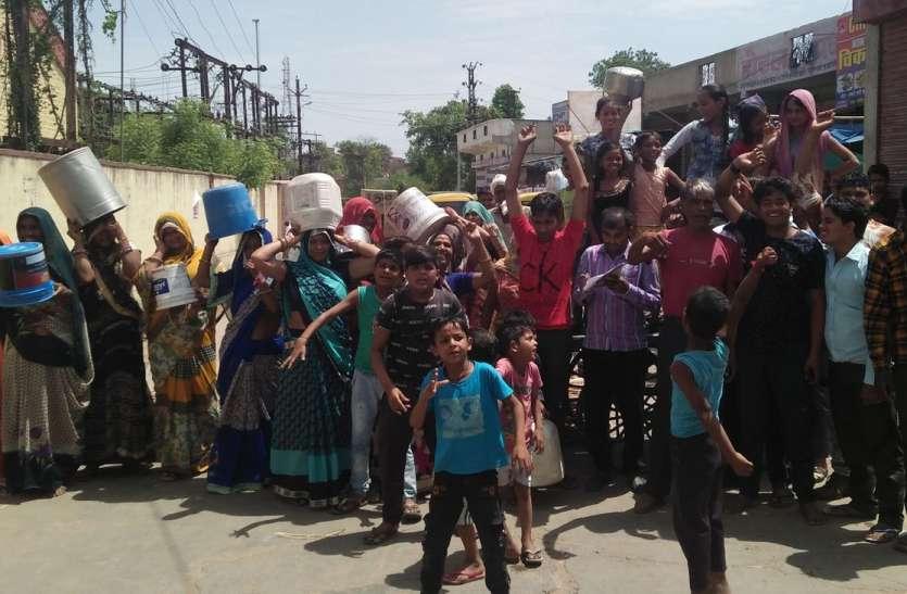 VIDEO: राजस्थान के करौली में पानी को लेकर ऐसे गुस्साए हैं लोग...देखें वीडियो
