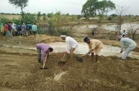 सूरतगढ़ ब्रांच की बूगिया माइनर में आया कटाव, किसानों ने कटाव को पाटा