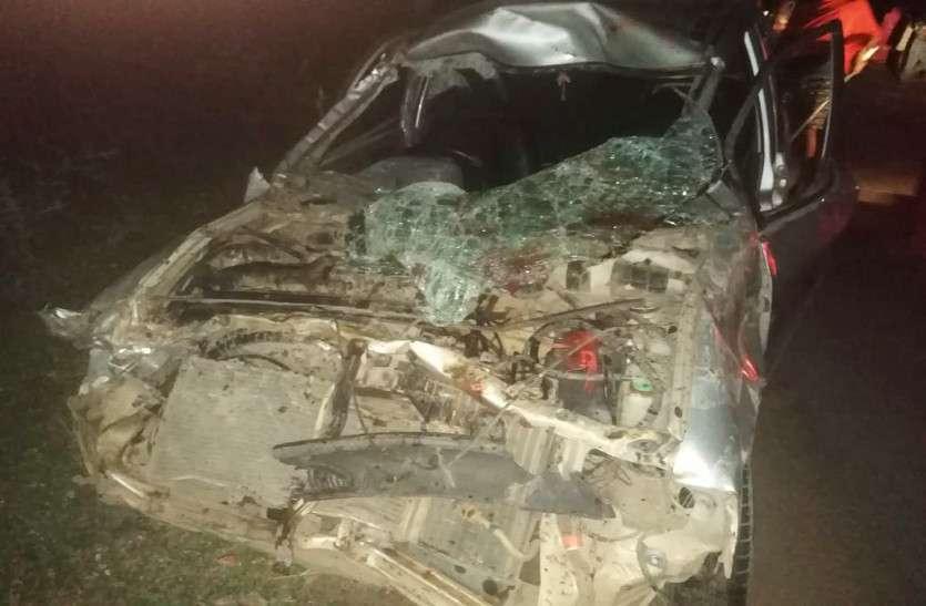 पकरिया में अल्टो कार की ठोकर से 3 मवेशी भैंस की मौत वही कार पर सवार एक युवक की मौत