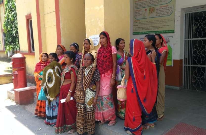 सांगीतराई की महिलाएं पानी की समस्या को लेकर पहुंची कलक्टोरेट