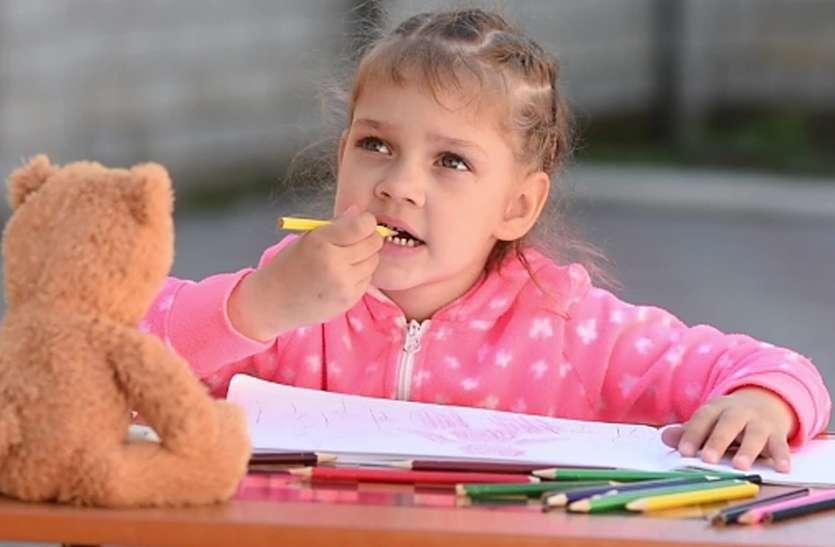 पेंसिल चबाने से बच्चे दांतों में लग सकती बीमारियां