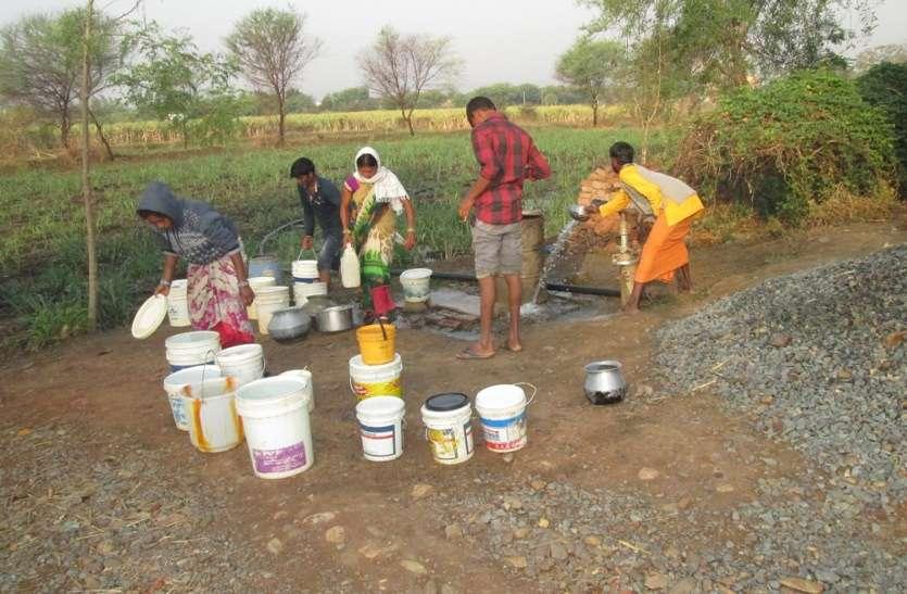 भीषण जल संकट : 700 आबादी वाले इस गांव के लोग खरीद रहे पानी