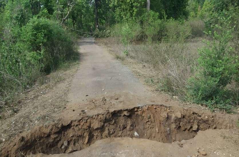 पुलिस के हमलों से गुस्साए नक्सलियों ने काट दी दो गांवों को जोड़ने वाली सड़क, चिपकाए बैनर पोस्टर
