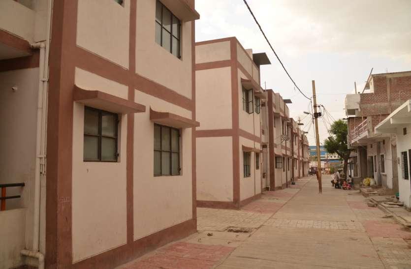 सस्ते में मकान तो दे दिए अब 64परिवारों पर छाया जलसंकट