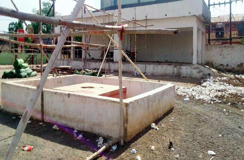शहीदों का यह कैसा सम्मान: यह है जिला मुख्यालय स्थित चबूतरानुमा शहीद स्मारक