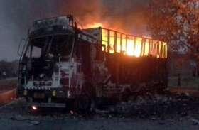 कमांडर की मौत पर आक्रोशित नक्सलियों ने तीन हाइवा व पोकलेन को किया आग के हवाले