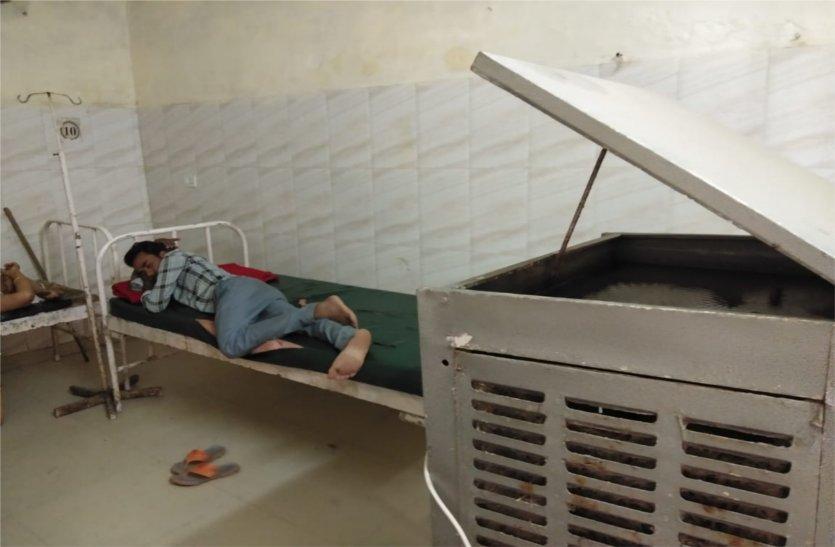 video: अस्पताल में गर्म हवा दे रहे कूलर, परेशान हो रहे मरीज, प्रबंधन नहीं दे रहा ध्यान