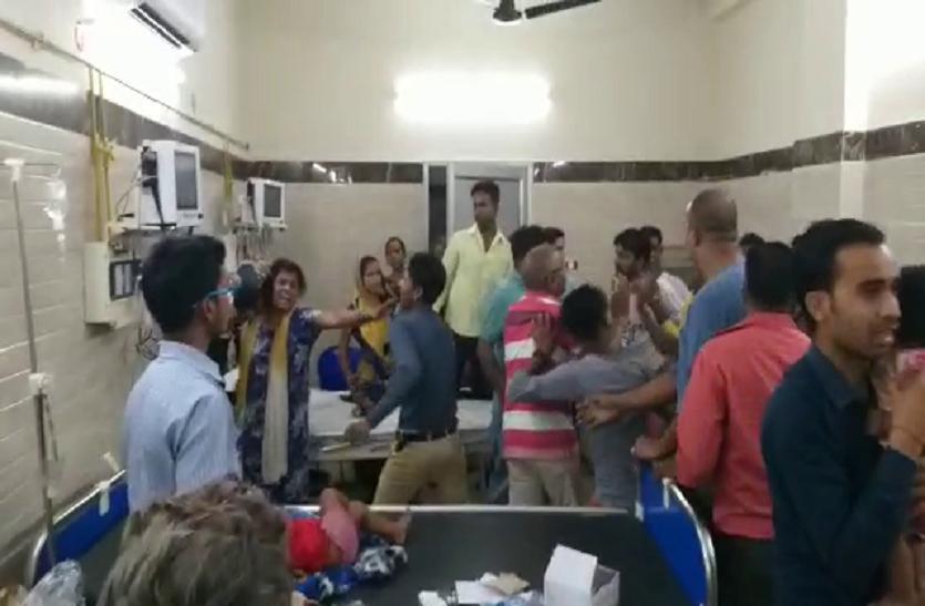 यूपी के इस जिले में हुई जमकर गुंडई, अस्पताल में घुस कर माँ बेटे को पीटा- देखें वीडियो