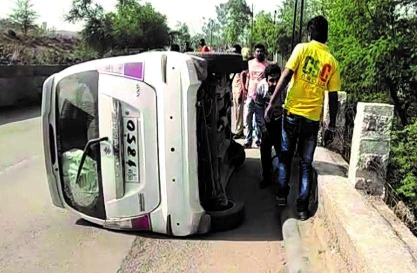 तेज रफ्तार कार डिवाइडर से टकराकर कई बार मारी पलटी, बाल-बाल बचा चालक
