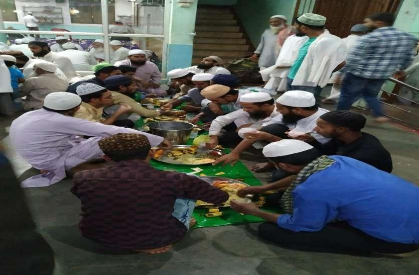 जिनके कानों तक नहीं पहुंचती अजान की आवाज, उनको कौन बता रहा रमजान की फजीलत