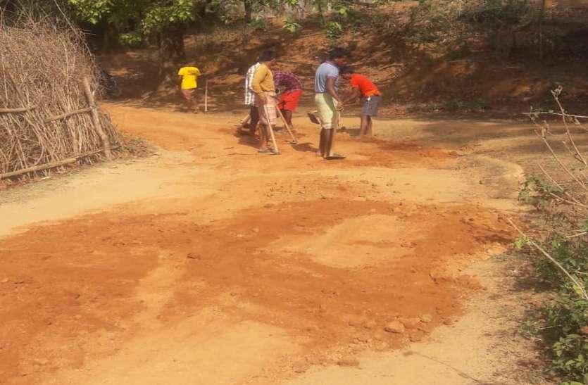 इस गांव के लोगों ने ऑफिसरों को दिखाया आइना, चक्कर लगाकर थक गए तो खुद ही बना ली 1 किमी लंबी सड़क