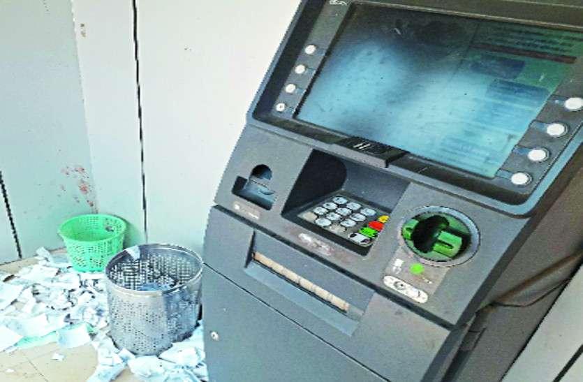 रात में ATM में मौजूद नहीं सुरक्षा गार्ड, पैसों की सुरक्षा पर उठने लगे सवाल