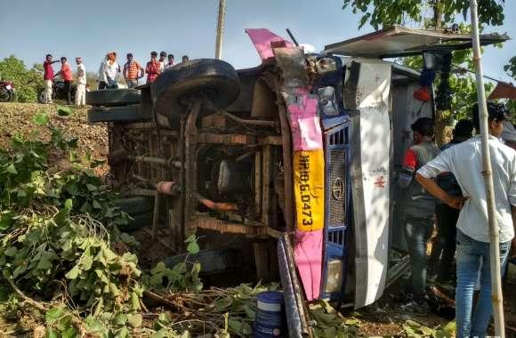 दुर्घटना : चालक की लापरवाही से 10 फीट गहरे गड्ढे में जाकर पलटी बस