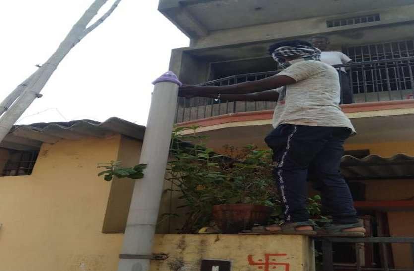 डेंगू से निपटने निगम ने कसी कमर, घर-घर जाकर बांट रहे मच्छर का लार्वा मारने टेमी फॉस