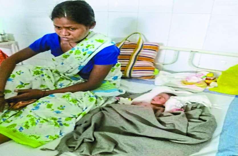 नवजात के साथ पकड़ी गई एक लाख की महिला नक्सली, पांच दिन पहले दिया था बच्ची को जन्म