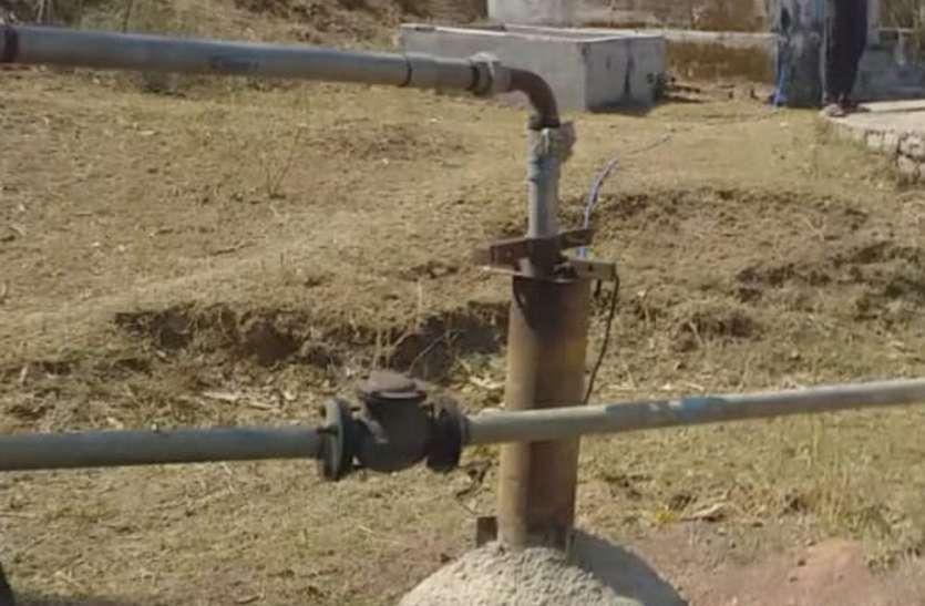 नल-जल योजनाओं का निकला दम, हैंडपंप खुद प्यासे, एक-एक बाल्टी पानी को तरस रहे ग्रामीण