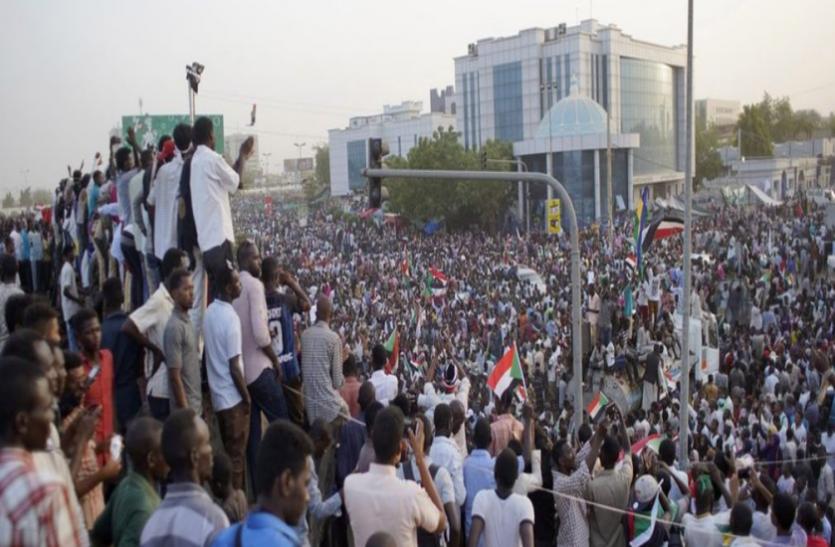 सूडान: सेना और प्रदर्शनकारियों के बीच बनी सहमति, 3 साल में सत्ता हस्तांतरण पर दोनों पक्ष सहमत