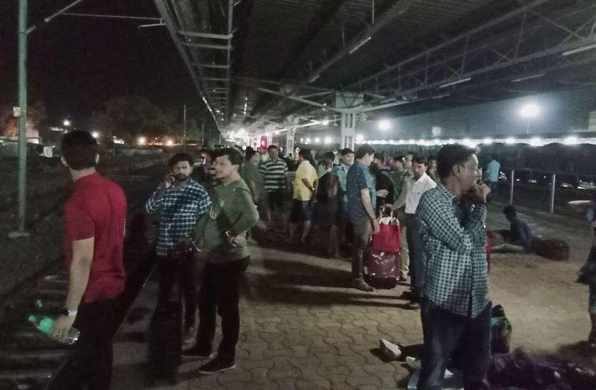 Video: सबसे बड़े स्टेशन में ट्रेन के आते ही कोच के लिए मचती है भगदड़, घुप अंधेरे में करना पड़ रहा ट्रेनों का इंतजार