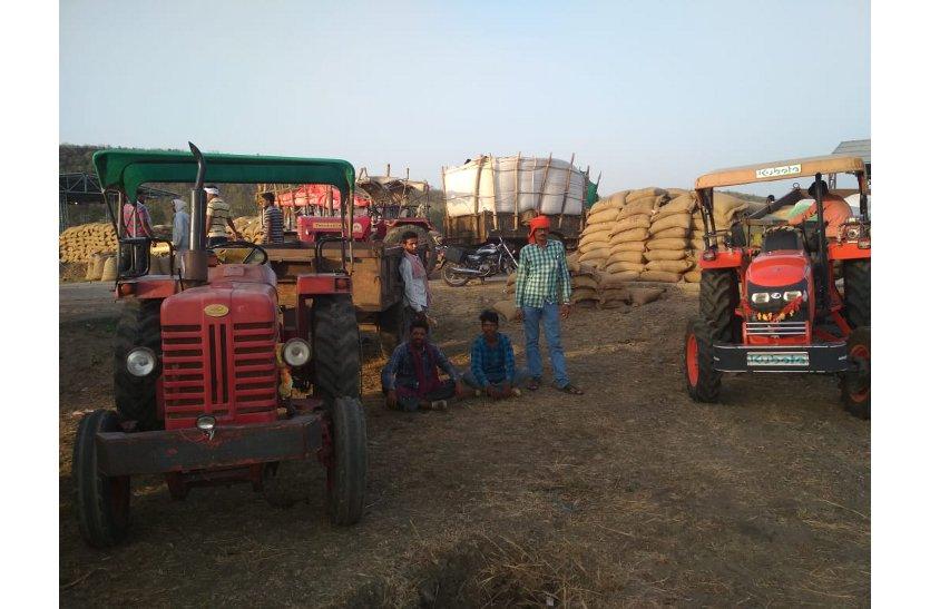 खरीदी केंद्रों पर किसानों को नहीं मिल रही सुविधाएं, सुनवाई नहीं
