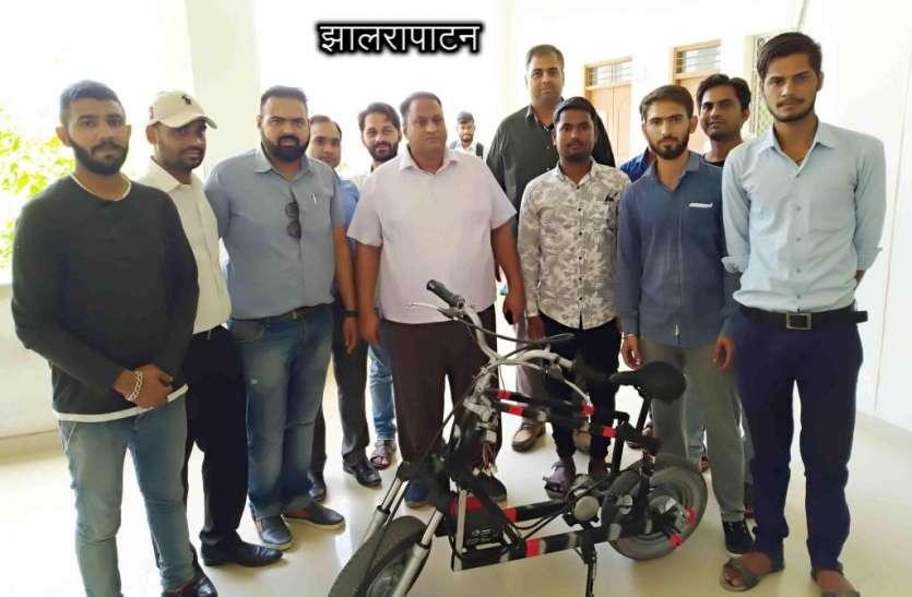 इंजीनियरिंग कॉलेज के छात्रों ने 11 हजार रुपए में बनाई सेल्फ चार्जिंग ई-बाइक