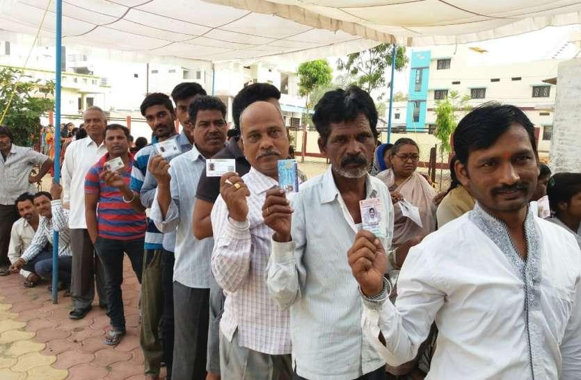 मतदान केंद्र के अंदर इवीएम की फोटो खींचकर सोशल साइट पर अपलोड करने वाले दो मतदाताओं पर एफआईआर