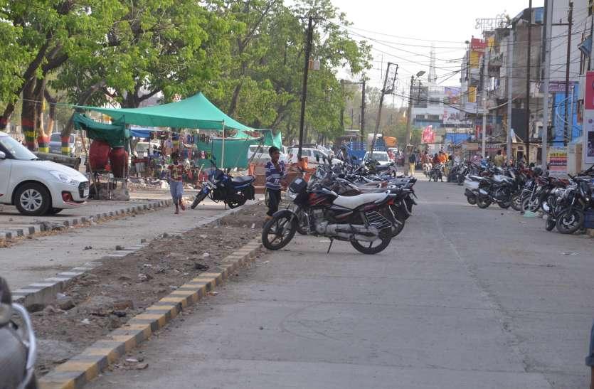 करोड़ों रुपए खर्च कर बनाए सर्विस रोड....उपयोग हो रहा वाहनों की पार्किंग में