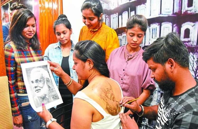 लड़कियां पीठ पर बनवा रही मोदी के टैटू, प्रियंका गांधी के लिए भी बढ़ी दीवानगी