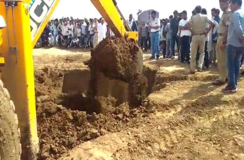 अलवर में खेत में सोना दबा होने की सूचना पर इकट्ठा हुए सैकड़ों लोग, सारी रात की खुदाई, सुबह पुलिस ने JCB से खुदवाया, मचा हडक़ंप