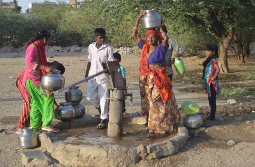 150 लोग एक हैंडपम्प से बुझाते है प्यास