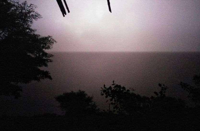 अलवर में अचानक बदला मौसम, तेज हवाओं के साथ आसमान में छाई काली घटाएं, शुरु हुई बारिश