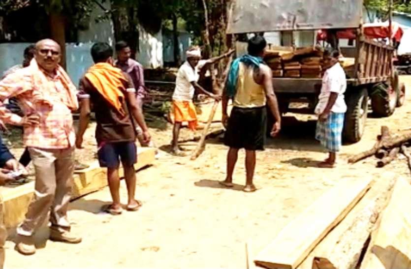 भाजपा नेता के टै्रक्टर में पकड़ाया अवैध सागौन, तब भाजपा नेता ने कहा...