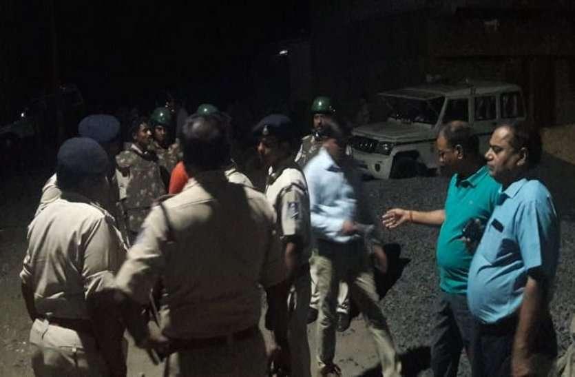 दो समुदाय में विवाद, पथराव कर फंूके वाहन, गांव में पुलिस बल तैनात
