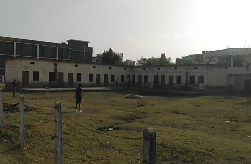 video: नहीं हो पाया दो नंबर स्कूल शिफ्ट, अधिकारी नहीं ले रहे रुचि