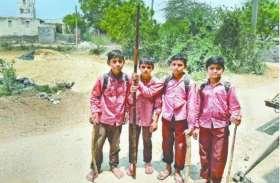 कान्हा की नगरी में नरभक्षी कुत्तों का आतंक, हाथों में डंडे लेकर स्कूल जा रहे बच्चे