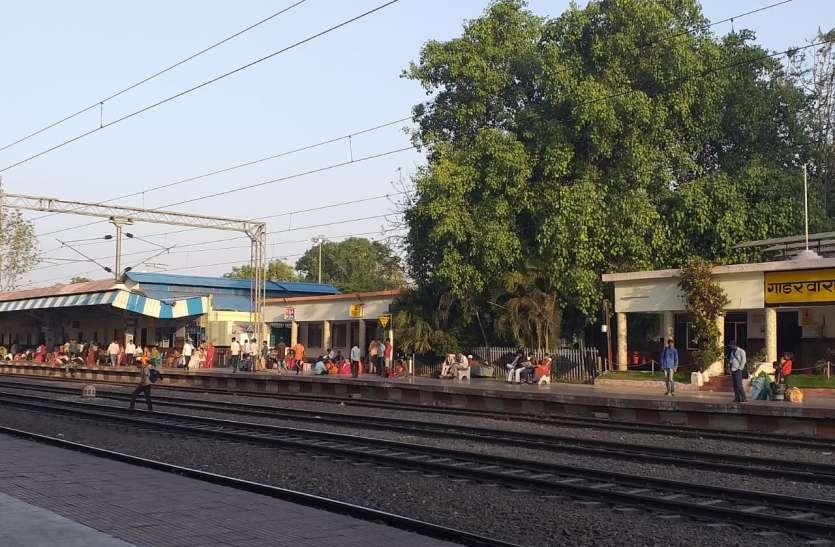 स्टेशन पर यात्रियों की भीड़, असुविधाओं से हो रही परेशानी