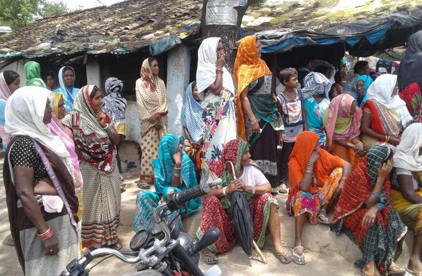 पानी की समस्या से परेशान डोला पंचायत के ग्रामीणों ने दिया धरना, एसडीएम को सौंपा ज्ञापन