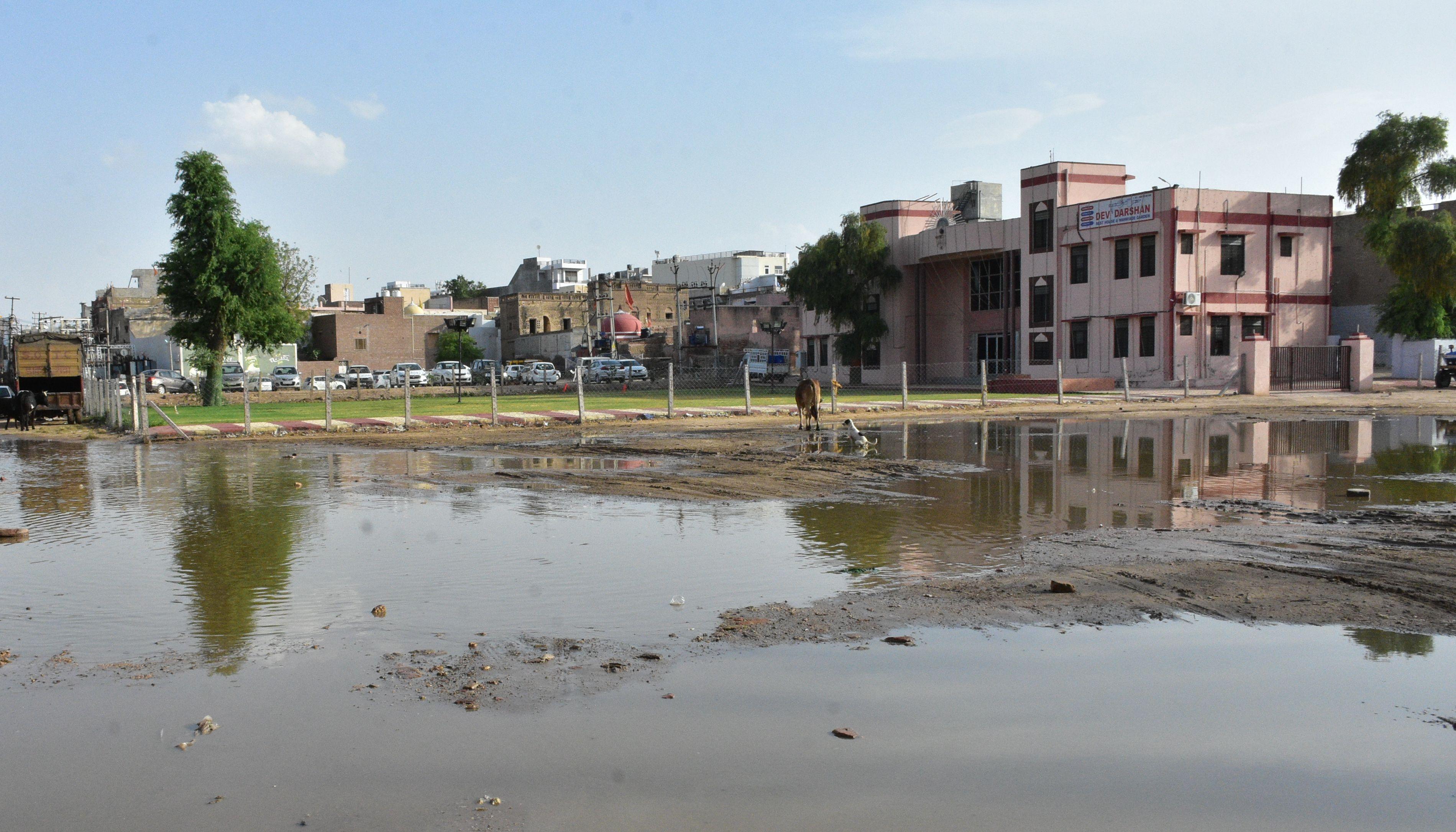 बारिश के पानी से सड़क पर जमा हुआ कीचड़, अब फिसलन