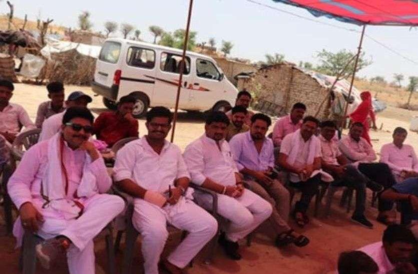 राजस्थान के चूरू में एक बिन मां की बेटी की शादी में सोशल मीडिया वाले 50 भाई भात लेकर पहुंचे। इनमें राजस्थानी के मशहूर कॉमेडियन मुरारी लाल पारीक गोगासर भी शामिल हुए।