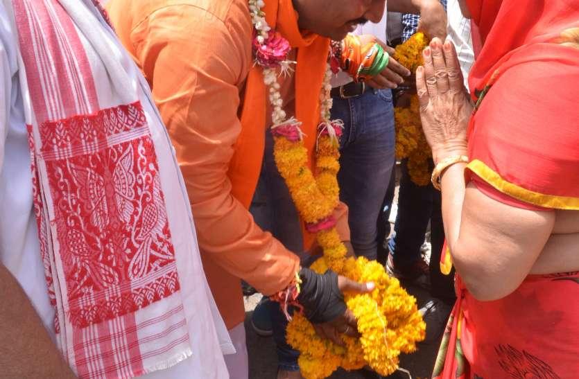 जनसंपर्क लाइव-- युवा लेते रहे भाजपा प्रत्याशी के साथ सेल्फी तो कांग्रेस प्रत्याशी सहजता से मिलकर सुनाने लगते भजन...कुछ जगहों पर दोनों पहुंचे साथ