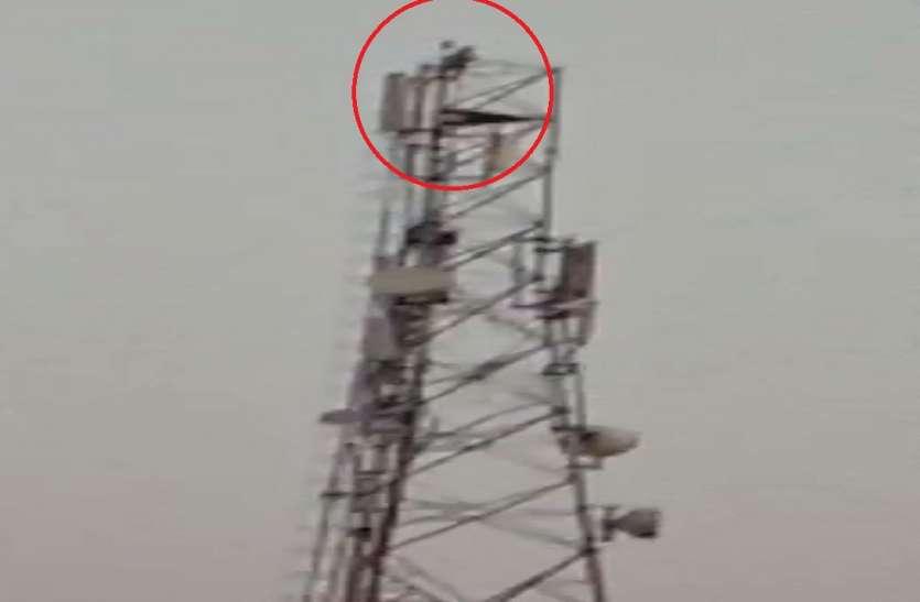 प्रधानमंत्री मोदी का दीवाना टॉवर पर चढ़, फिर कर दिया ये काम