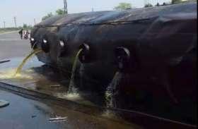 संतुलन बिगड़ने से पाम ऑयल से भरा टैंकर पलटा, तेल लेने उमड़े लोग
