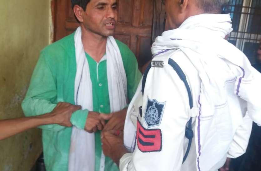 बोरी में बर्तन लेकर भाग रहे चोर को पब्लिक ने पकड़ा