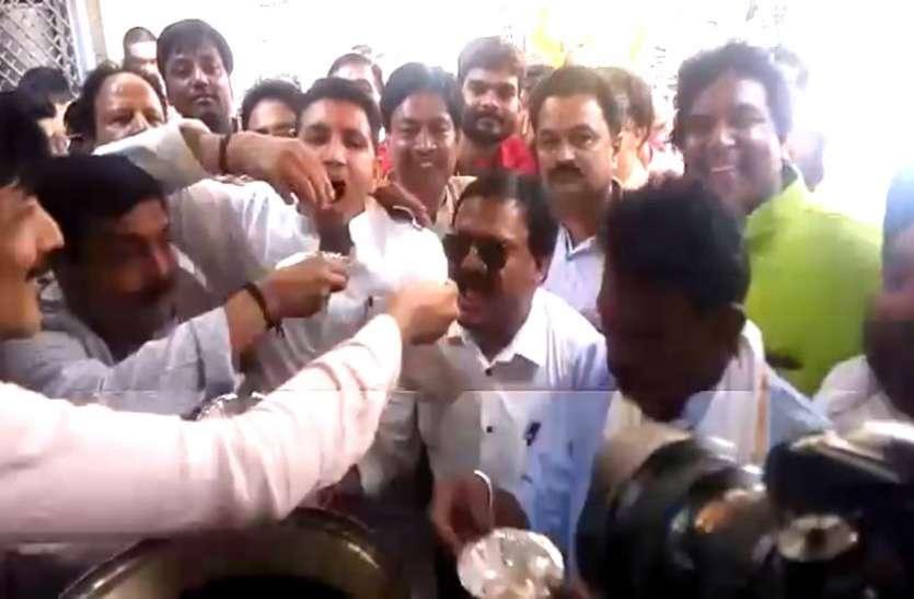 VIDEO : व्यापारियों के बीच पहुंचे कांग्रेस के तीन मंत्री, खाए गोलगप्पे और कचौरी