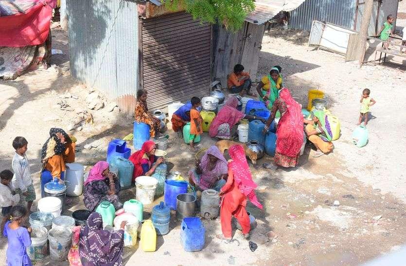 कच्ची बस्ती में पानी की त्राही-त्राही