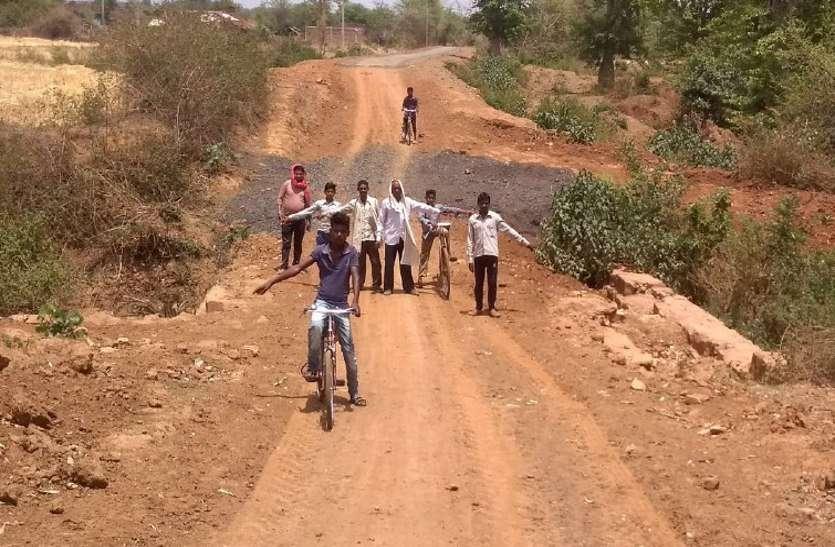 सड़क बनवाई, पुलिया निर्माण कराना भूले, ग्रामीणों को हो रही परेशानी