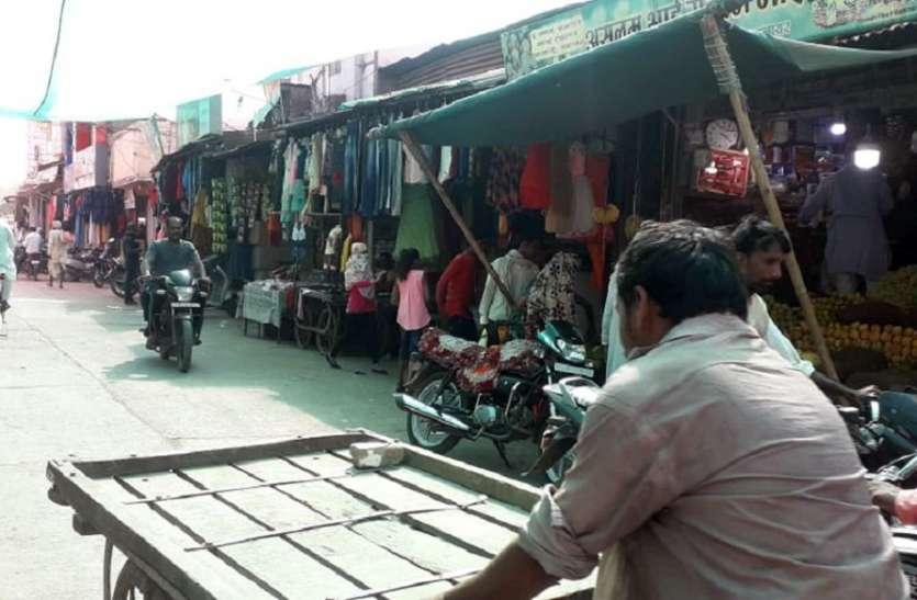 बाजार में लाखों की सड़क पर दुकानदारों के अघोषित अतिक्रमण राहगीरों को होती परेशानी