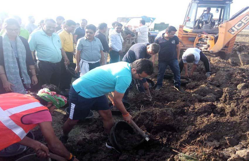 100 एकड़ के फुटेरा तालाब में श्रमदान शुरू, कलेक्टर ने भी बहाया पसीना